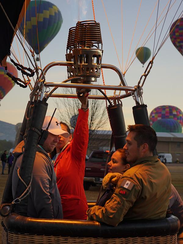 Piloto volando un globo aerostático de volare