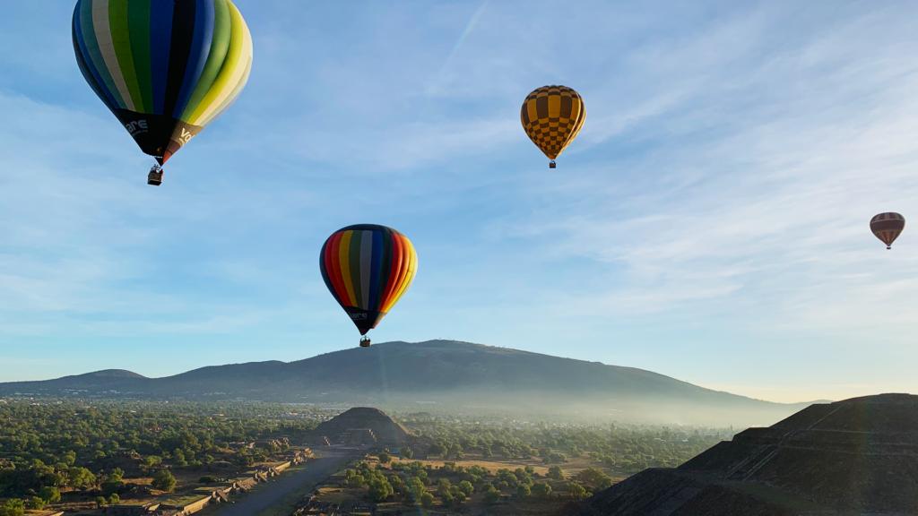 globos sobrevolando teotihuacan